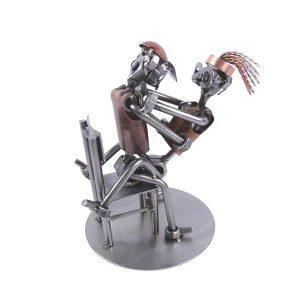 Figurine couple sur une chaise