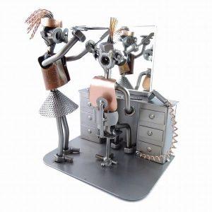 Figurine coiffeuse debout en métal