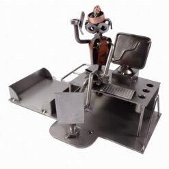 Figurine secrétaire assise sur le bureau